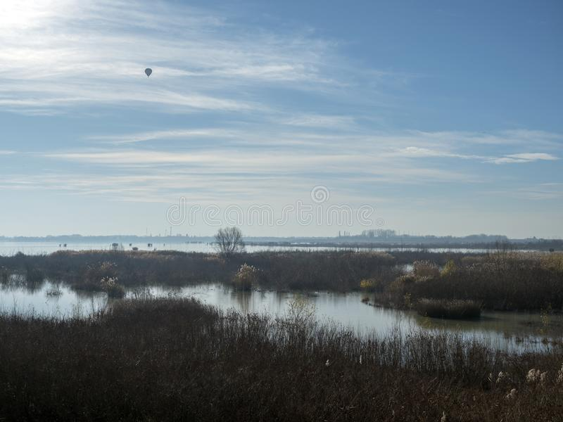 Luchtballon over Mihailesti-meer, dichtbij Boekarest, Roemenië stock afbeelding