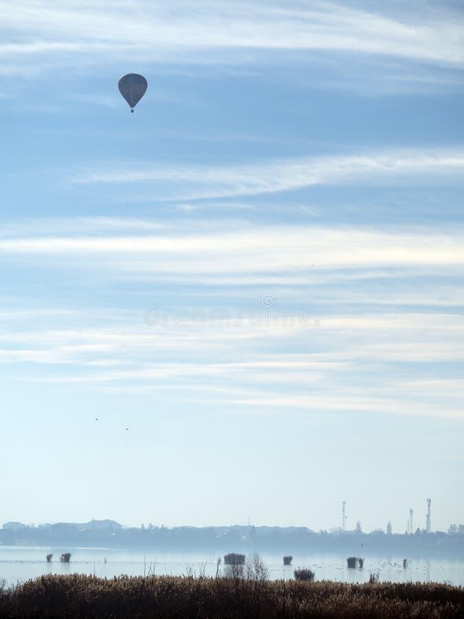 Luchtballon over Mihailesti-meer, dichtbij Boekarest, Roemenië royalty-vrije stock foto's