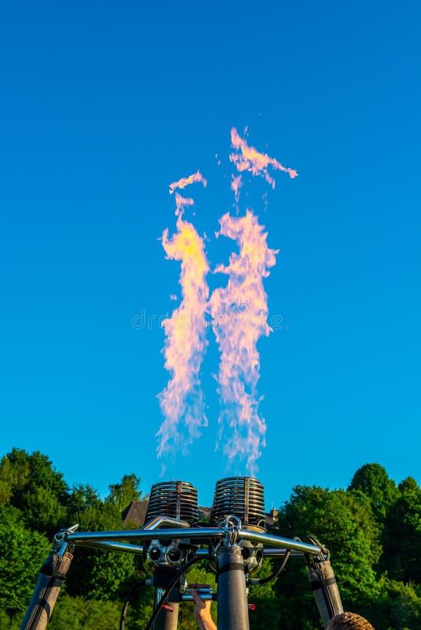 Luchtballonstraal met vlam royalty-vrije stock afbeelding