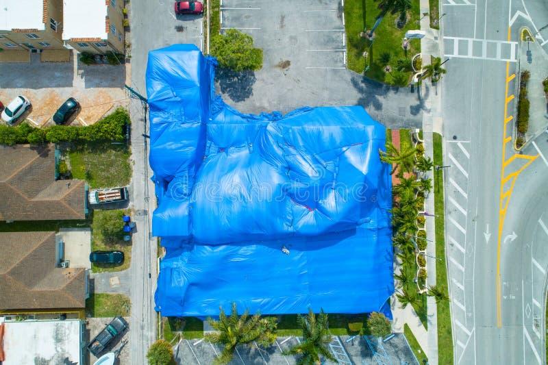 Luchtbeeld die tented blauw voor beroking bouwen royalty-vrije stock foto