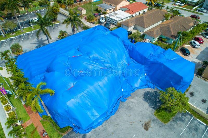 Luchtbeeld die tented blauw voor beroking bouwen royalty-vrije stock fotografie