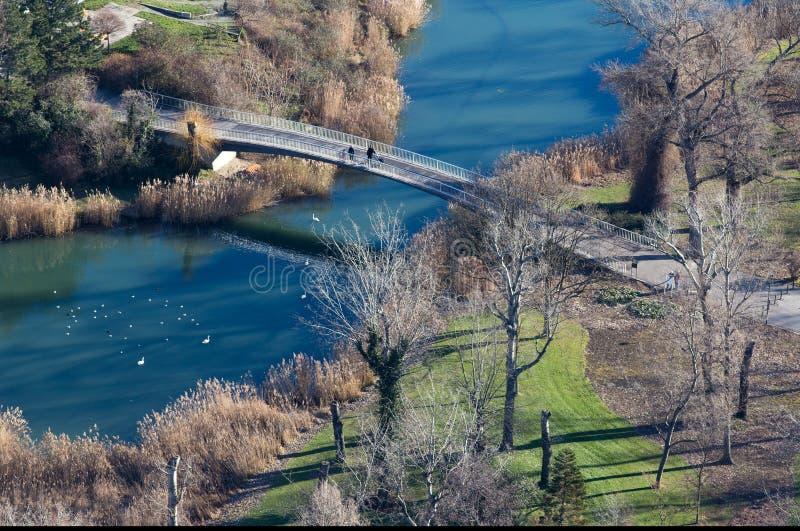 Luchtbeeld van brug op stadsrivier stock fotografie