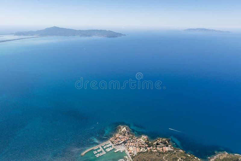 Luchtbeeld van de mooie stad van Talamone in het Toscanië me royalty-vrije stock afbeeldingen