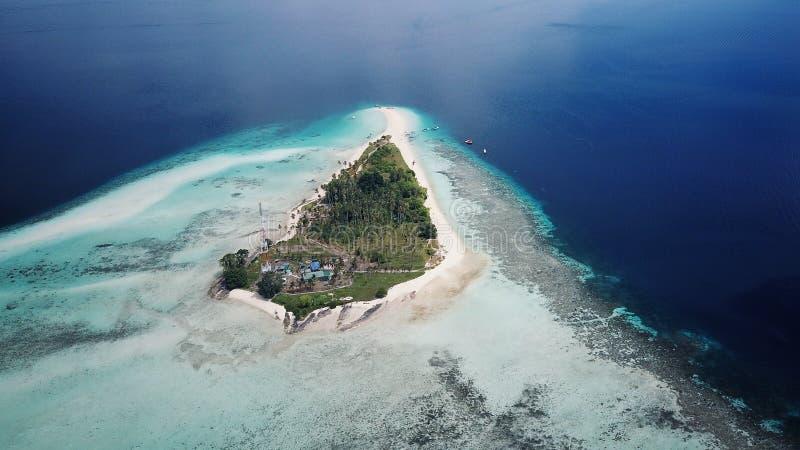 Luchtbeeld van de tropische eilanden rond Borneo, Maleisië royalty-vrije stock afbeelding