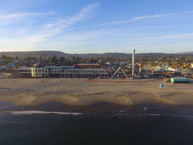 Luchtbeeld van een vreedzame oceaanstrandzonsondergang Santa Cruz Boardwalk California royalty-vrije stock afbeeldingen