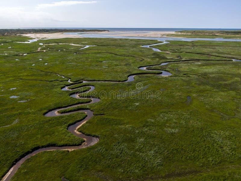 Luchtbeeld van Nederlands nationaal park slufter met buigende rivieren in grasland naar de Noordzee op het Eiland Texel stock foto