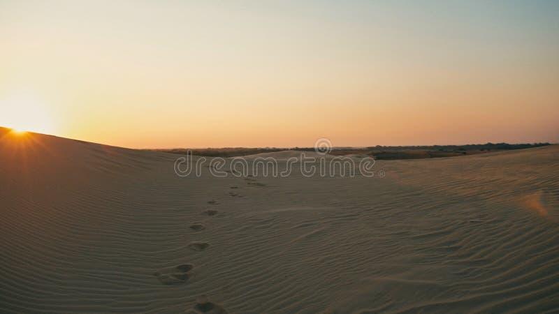 luchtbeeld van sommige mooie duinen van het woestijnzand met een gouden zonstralen bij zonsondergang royalty-vrije stock afbeelding