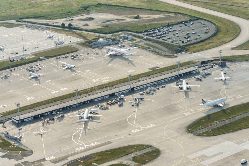 Luchtbeeld van vliegtuigen bij terminals in Orly Airport stock foto