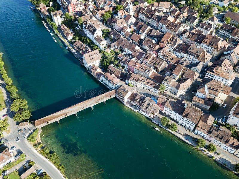 Luchtbeeld van Zwitserse oude stad Diessenhofen met oude houten behandelde brug royalty-vrije stock afbeeldingen