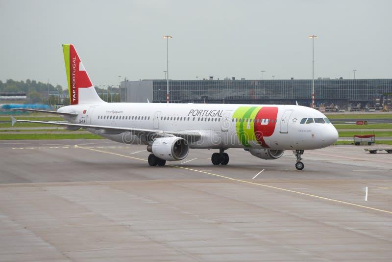 Luchtbus A321-211 Cs-TJF van TAP de luchtvaartlijnen van Luchtportugal van de Schiphol luchthaven royalty-vrije stock fotografie