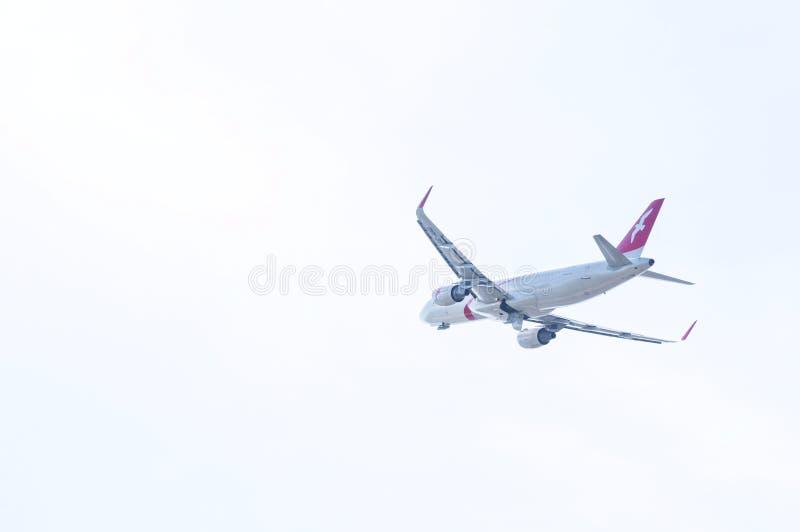 Luchtbus A320 door AirArabia in de hemel stock foto's