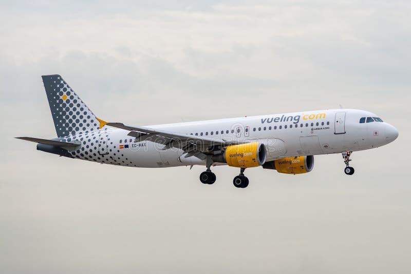 Luchtbus A320-214 door Vueling bij het landen in werking wordt gesteld die stock fotografie