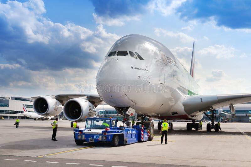 Luchtbus A380-800, Emiraten Arlines, Vaclav Havel International-luchthaven, Ruzyne, Praag, Tsjechische republiek stock afbeelding
