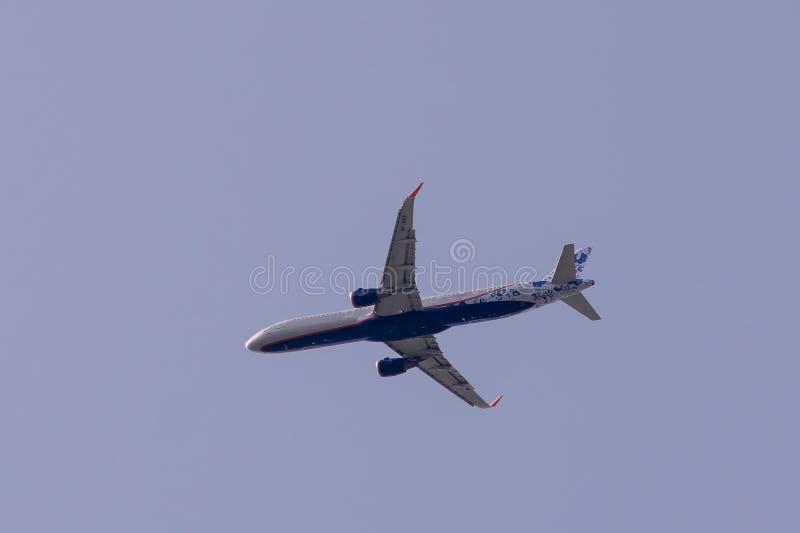 Luchtbus A321-211 van Aeroflot 95 Jaar Livrei tijdens de vlucht stock afbeelding