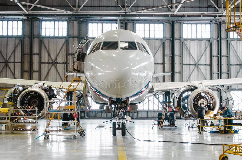 Luchtbus a320 voor onderhoud in de hangaar Rusland, heilige-Petersburg, November 2016 royalty-vrije stock afbeeldingen