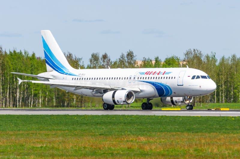 Luchtbus a320 Yamal, luchthaven Pulkovo, Rusland heilige-Petersburg Mei 2017 royalty-vrije stock afbeeldingen