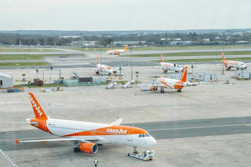 Luchtbusa320 vliegtuigen die tot lage kostenlijnvliegtuig, easyJet, op tarmac bij het Noordenterminal van Londen Gatwick ` s beho stock afbeeldingen