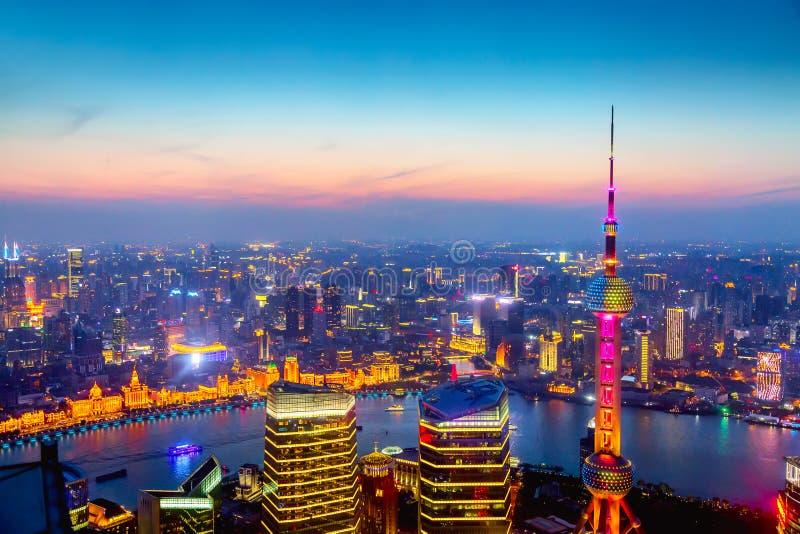 Luchtcityscape van Shanghai bij zonsondergang Panorama van Pudong-bedrijfsdistrictshorizon van de wolkenkrabber stock foto