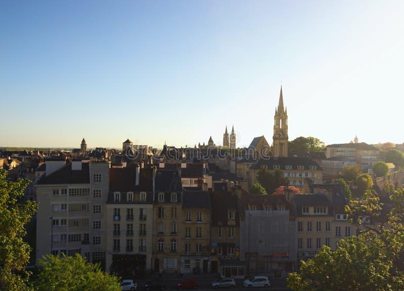 Luchtcityscape van stad Caen tijdens zonsondergang De afdeling van Calvados van Normandië, Frankrijk royalty-vrije stock foto