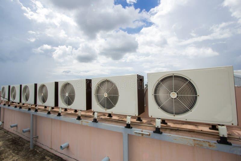 Luchtcompressoren op dak van fabriek stock foto