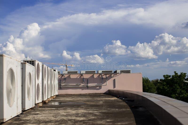 Luchtcompressoren op dak van fabriek royalty-vrije stock afbeelding