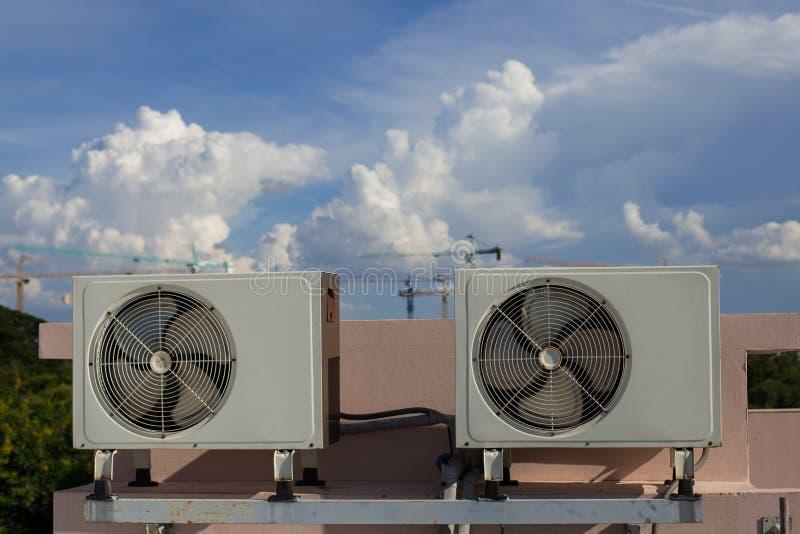 Luchtcompressoren op dak van fabriek royalty-vrije stock afbeeldingen