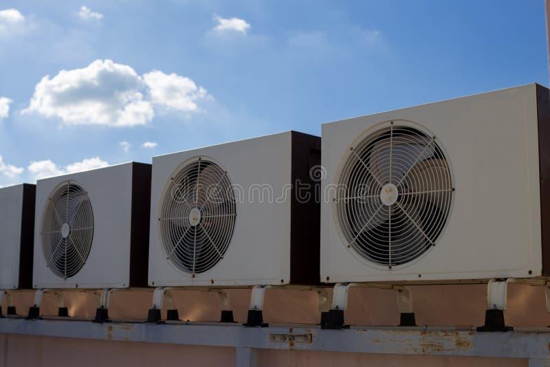 Luchtcompressoren op dak van fabriek stock afbeelding