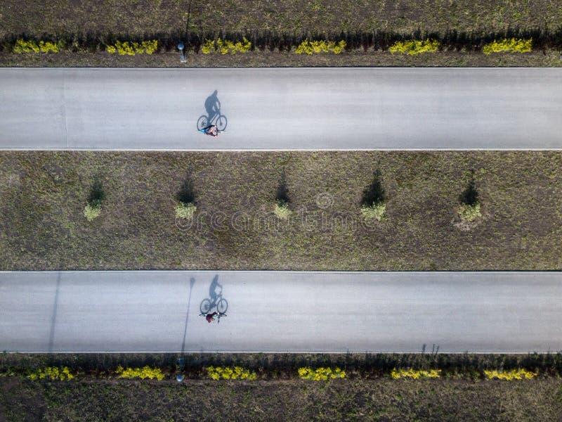 Luchtdiehommel van twee fiets rining trog het park wordt geschoten stock afbeelding