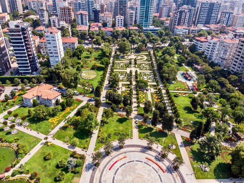 LuchtdieHommelmening van het 60ste Jaarpark van Goztepe in Kadikoy, Istanboel wordt gevestigd royalty-vrije stock afbeelding