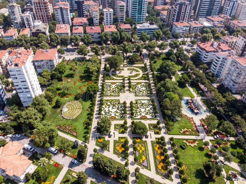 LuchtdieHommelmening van het 60ste Jaarpark van Goztepe in Kadikoy, Istanboel wordt gevestigd stock foto