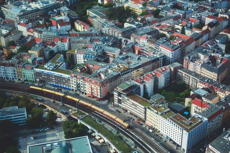 Luchtdiemening van Berlijn met horizon en landschap voorbij de stad, Duitsland, van het observatiedek wordt gezien van TV-toren royalty-vrije stock foto