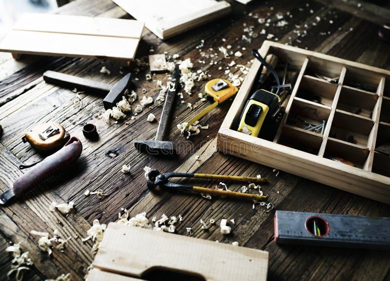 Luchtdiemening van het materiaal van timmermanshulpmiddelen op houten lijst wordt geplaatst royalty-vrije stock fotografie