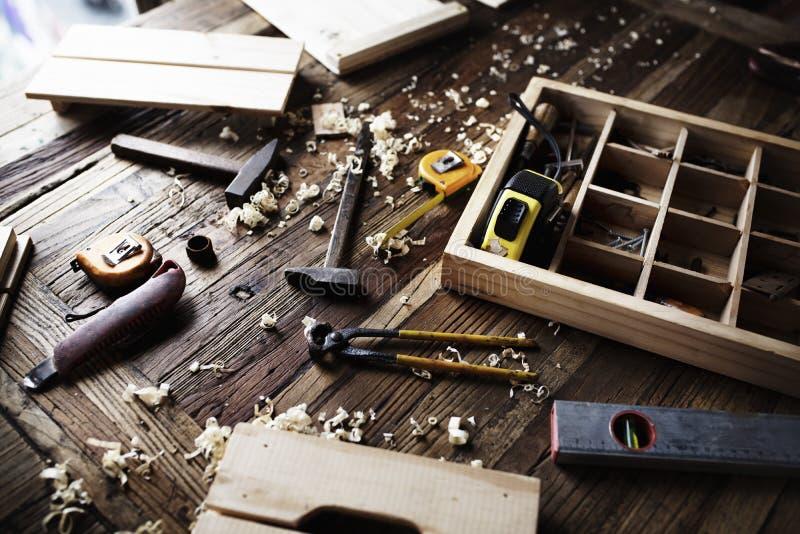 Luchtdiemening van het materiaal van timmermanshulpmiddelen op houten lijst wordt geplaatst stock afbeeldingen