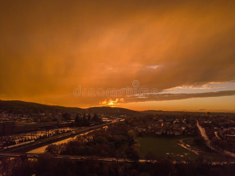Luchtdiezonsondergang van zeer bewolkte hemel wordt geschoten stock afbeelding