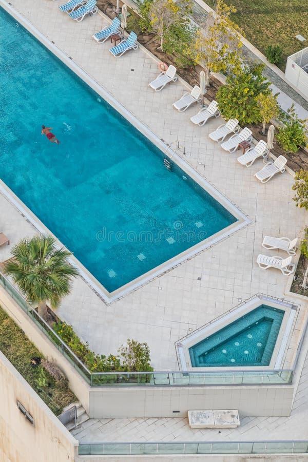 Luchtfoto die van de mens in pool met blauw water zwemmen royalty-vrije stock foto