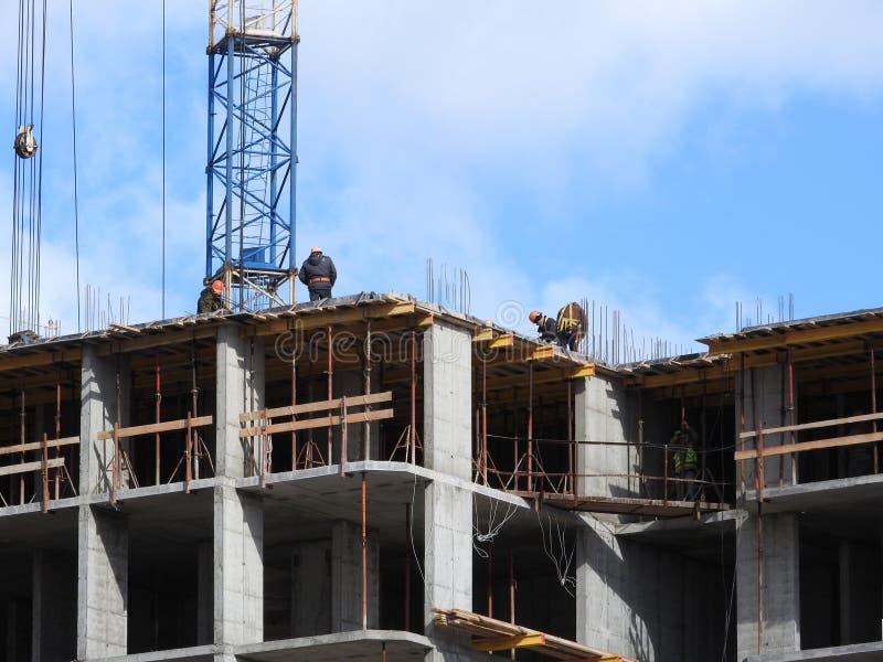 Luchtfoto die van een niet erkende civiel-ingenieur zonder een gezicht, op het werk van dakbouwers letten op de bouwwerf royalty-vrije stock afbeeldingen