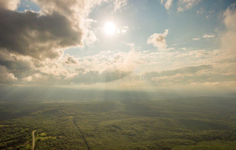 Luchtfoto's Sun& x27; s de stralen maken hun manier door de wolken royalty-vrije stock afbeeldingen