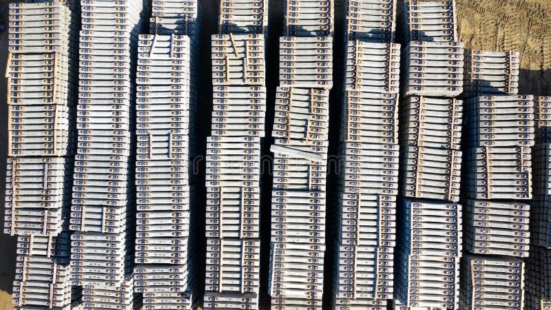 Luchtfoto van concrete die spoorwegdwarsbalken op een bouwwerf worden opgeslagen stock foto