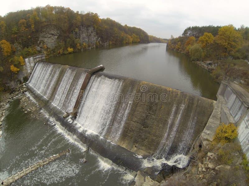Luchtfoto van de dam op de Teteriv-rivier stock afbeelding