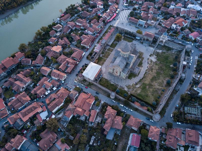 Luchtfoto van de kathedraal van Svetitskhoveli in het centrum van de stad Mtskheta, Georgia royalty-vrije stock afbeelding