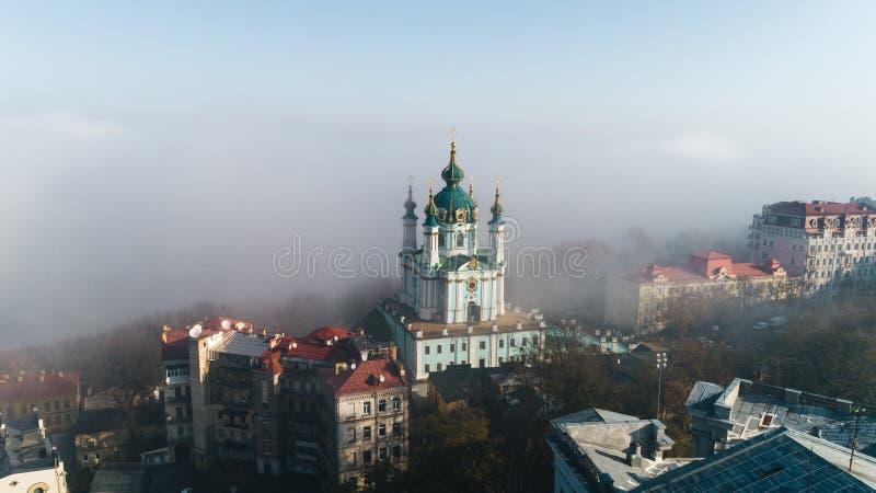 Luchtfoto van de St Andrew's Church in heavy mist, Kiev, Oekraïne stock fotografie