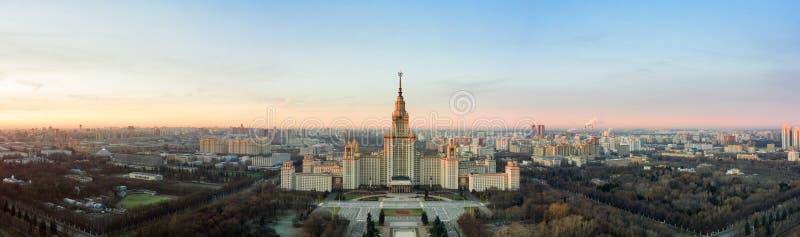 Luchtfoto van de staatsuniversiteit van Lomonosov Moskou op Sparrow Hills, Moskou, Rusland Scenisch panorama van Moskou met de stock fotografie