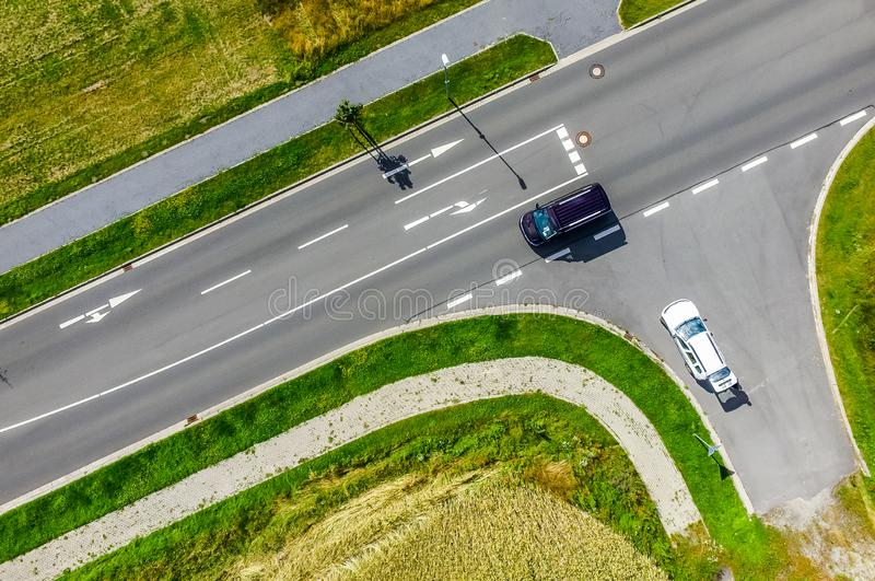 Luchtfoto van de verbinding van een weg in een grote weg duidelijk met witte noteringen voor rechtstreeks het drijven en het draa royalty-vrije stock foto's