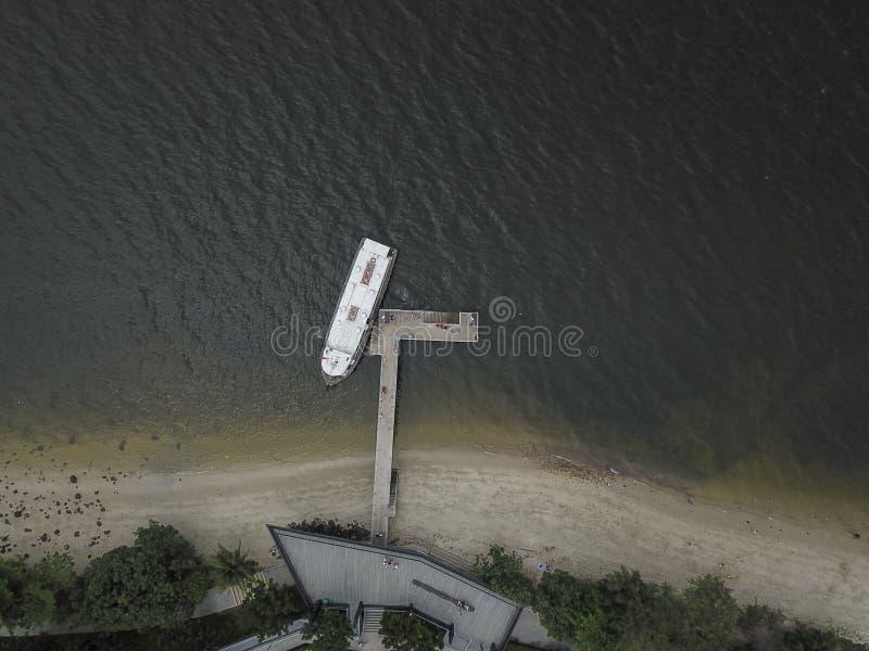 Luchtfoto van een Boot die bij een Kleine Pier wordt gedokt royalty-vrije stock afbeelding