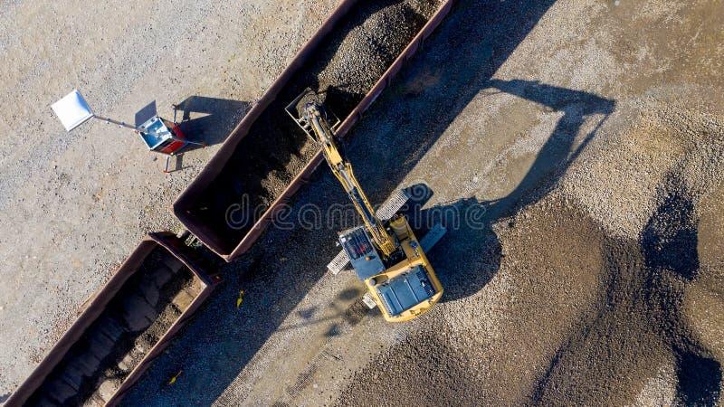 Luchtfoto van een graafwerktuig die een wagen met grint laden stock foto