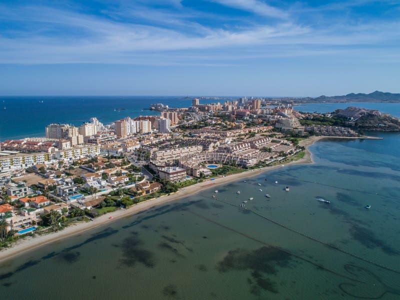 Luchtfoto van lange gebouwen en het strand op een natuurlijk spit van La Manga tussen het Middellandse-Zeegebied en Mar Menor, Ca stock afbeeldingen