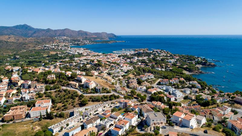 Luchtfoto van Llanca in Catalonië stock afbeeldingen