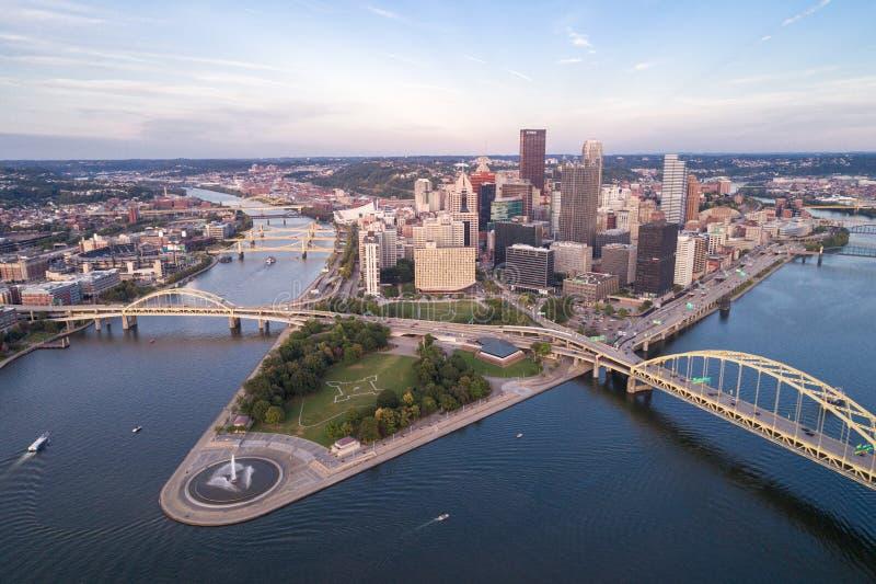Luchtfoto van Pittsburgh, Pennsylvania Landkreis Point State Park Allegheny Monongahela Ohio rivieren op achtergrond stock foto's