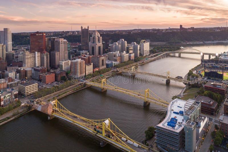 Luchtfoto van Pittsburgh, Pennsylvania Zakelijk district en rivier op de achtergrond Drie Bruggen in Achtergrond royalty-vrije stock afbeelding