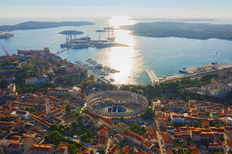Luchtfoto van Pula in Kroatië met Roman Amfitheater, marina en haven in de zonsondergang Istria, Europa stock afbeelding